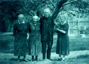 Pfarrer Schwald mit seinen Schwestern